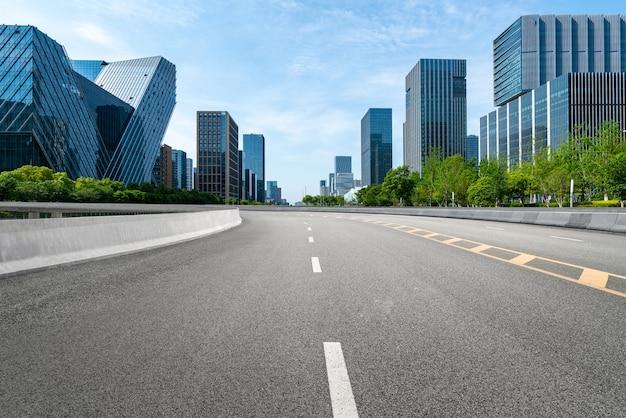 Autobahnhintergrund und städtische skyline