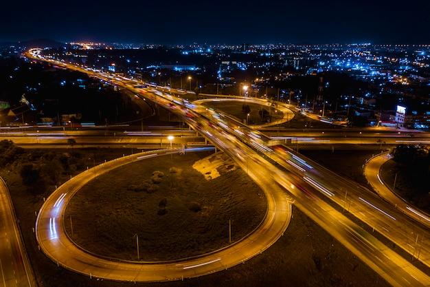 Autobahnkreuz autobahn und ringstraßentransportlogistik verbinden sich in der stadt