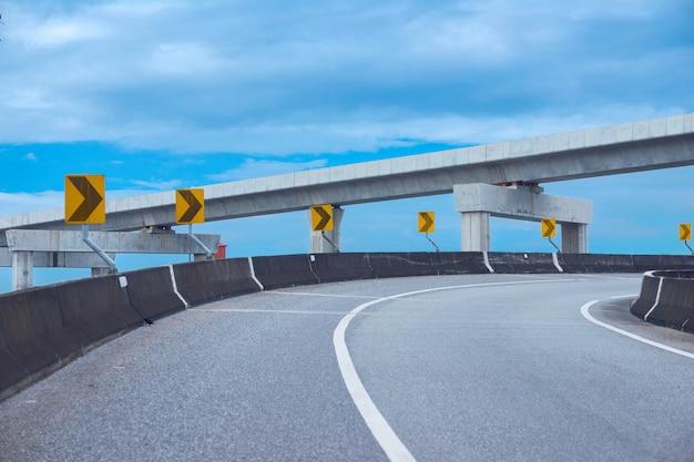 Autobahnkurve und bahngleis am blauen himmel