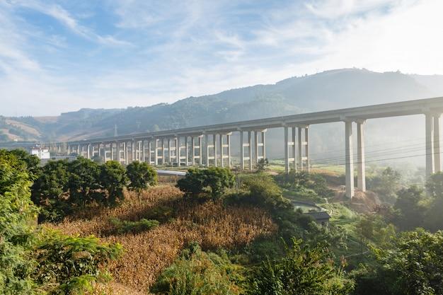 Autobahnüberführung in den bergen