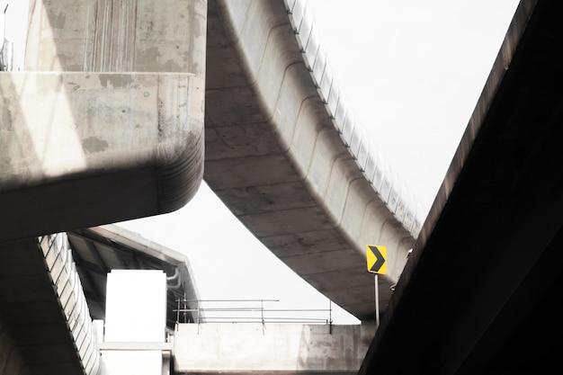 Autobahnüberführung und straße im flachen stil. konzeptioneller hintergrund des modernen stadtlebens