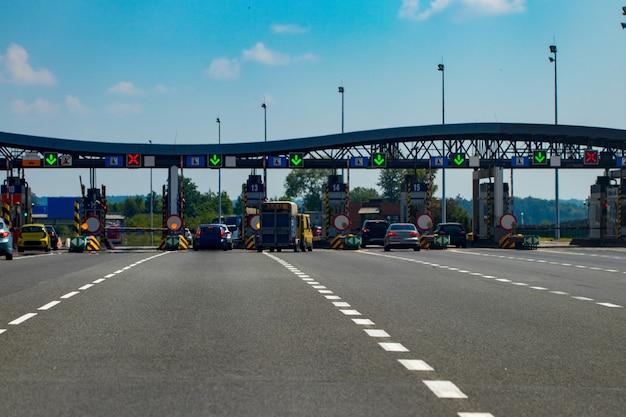 Autobahnverkehr im sonnenuntergang mit autos und lastwagen.