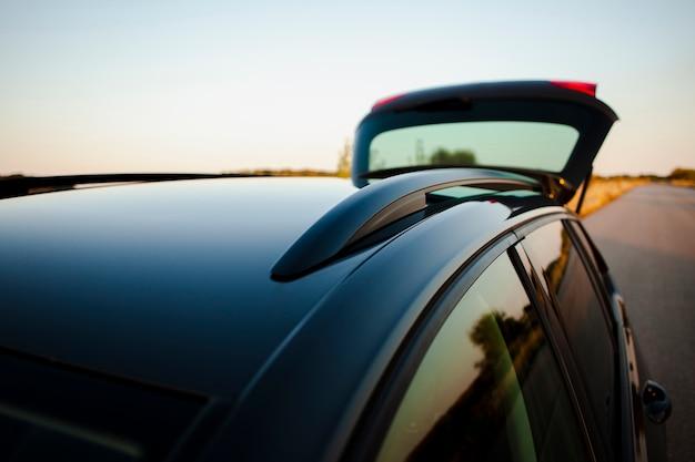 Autodach mit einem geöffneten rücken