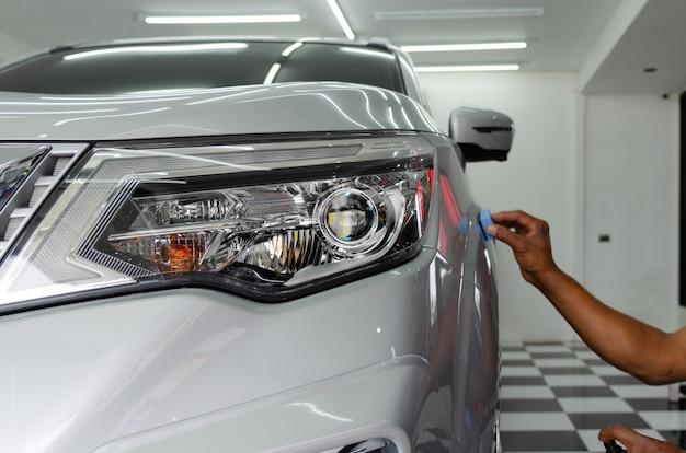 Autodetails - mechaniker ist nano-keramik-beschichtungsglas, um kratzer auf autos zu vermeiden.