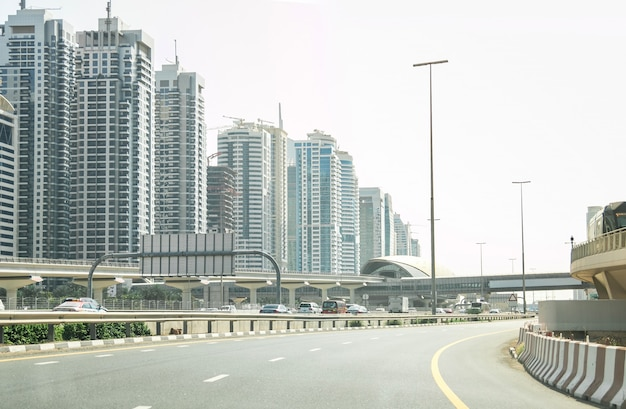 Autofahren in big city dubai vae mit verkehr auf der highway road