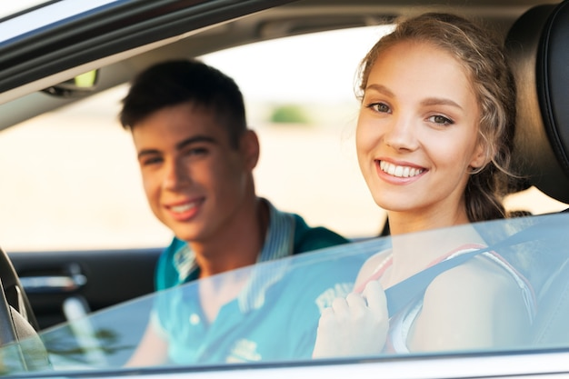 Autofahren paar teenager frau mädchen glück
