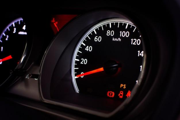 Autogeschwindigkeitsmesser mit kilometer pro stunde und vorsichtsymbol.