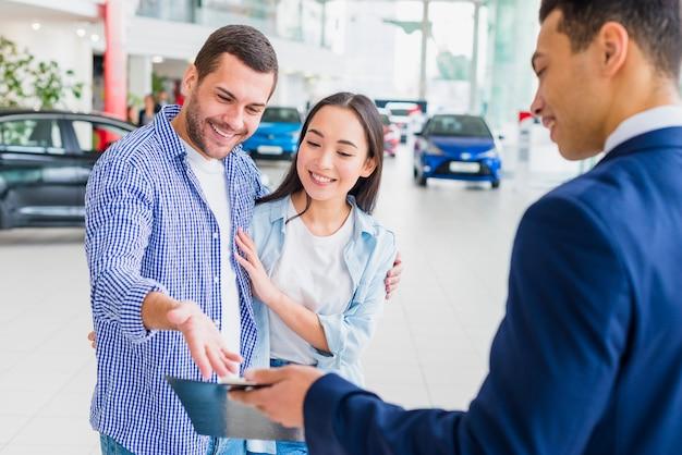 Autohändler im gespräch mit kunden