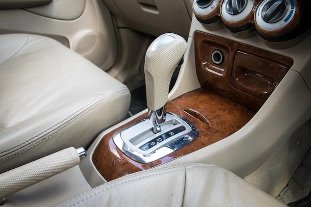 Autoinnenraum. automatikgetriebe schaltung.