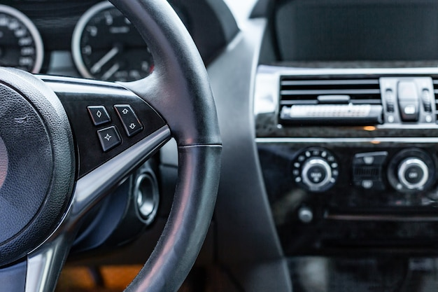 Autoinnenraum. moderner autotacho und armaturenbrett. luxuriöses kombiinstrument.
