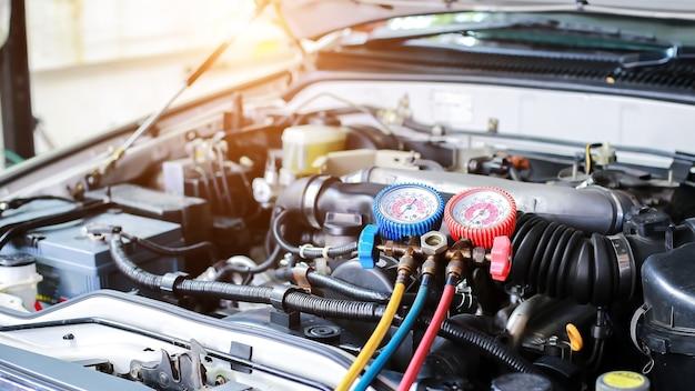 Autoklimaanlage prüfen service lecksuche kältemittel einfüllengerät und flüssigkeitskühlung messen
