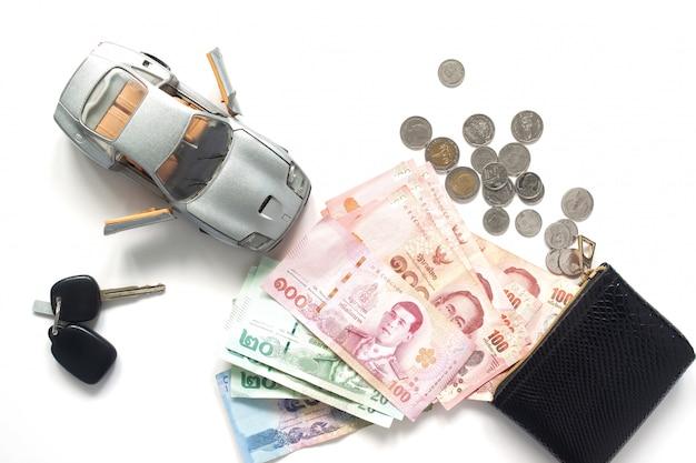 Autokredit oder finanziell mit thailändischer banknotenwährung, draufsicht über weißen hintergrund