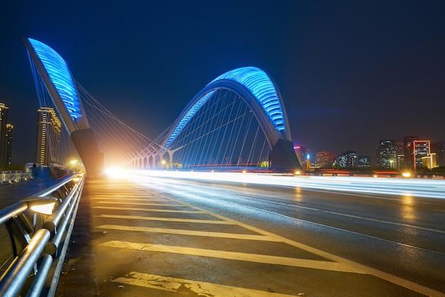 Autolicht- und schattenspuren auf brücken und autobahnen bei nacht