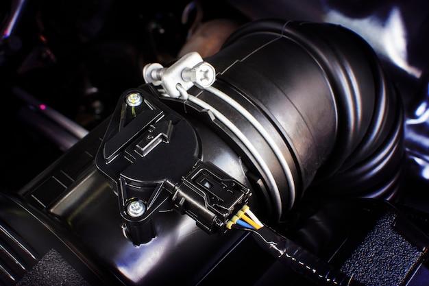 Autolufteinlassgummikanal mit luftsensor des motors.