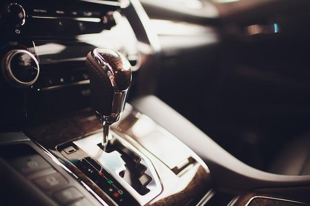 Automatikgetriebe mit doppelkupplung. modernes interieur.