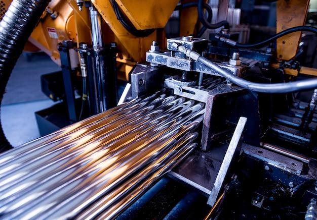 Automatische bandsägemaschine mit wasserkühlmittel zum schneiden von metallrohren.