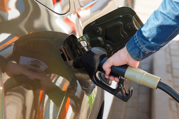 Automatische betankung an einer tankstelle kraftstoffpumpe benzin biodiesel-betankungsservice