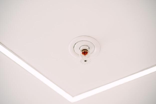 Automatische decken-sprinkleranlage an der weißen decke