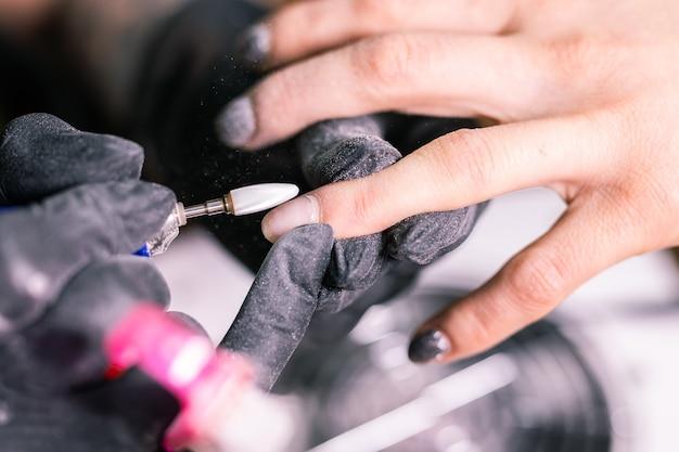 Automatische elektrische maniküre-bohrlackentfernung für nagelfrauen. nagel, gelpolitur und