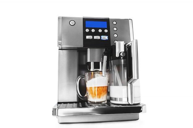 Automatische kaffeemaschine mit tasse kaffee