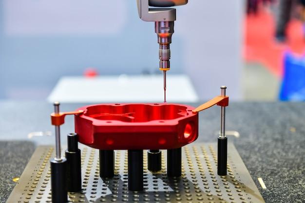 Automatische koordinatenmessmaschine kmg zur inspektion hochpräziser teile während der arbeit