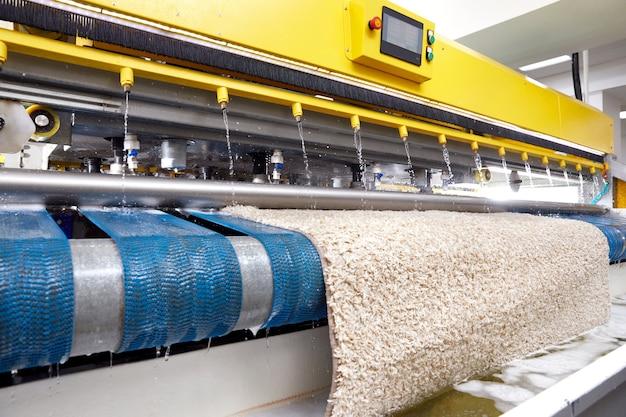 Automatische maschine und ausrüstung zum waschen und reinigen von teppichen