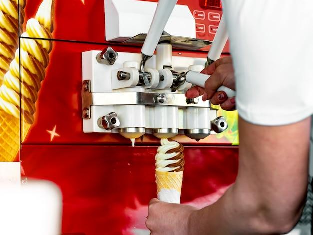 Automatische maschine zur herstellung von eis in einem waffelbecher