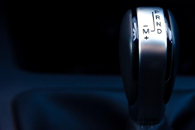 Automatische schaltung eines modernen autos auf einem dunklen hintergrund, nahaufnahme