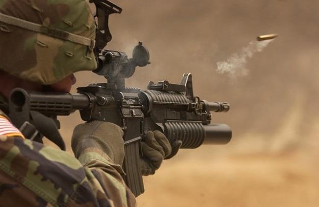 Automatische waffe pistole gewehr zu schießen maschinenpistole