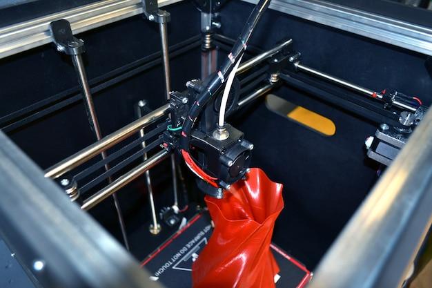Automatischer dreidimensionaler 3d-drucker führt plastik durch.