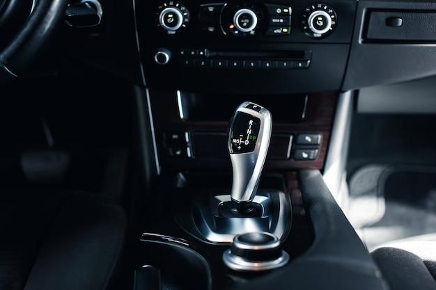 Automatischer schaltknüppel eines modernen autos moderne autoinnenraumdetails nahaufnahme auto innen