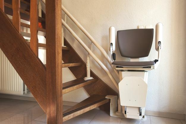 Automatischer treppenliftaufzug auf der treppe für ältere menschen oder menschen mit behinderungen