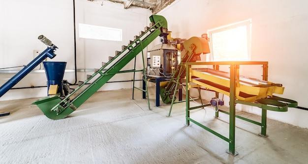 Automatisierte rollenbahnen mit beweglichen behältern. fabrik ausrüstung.