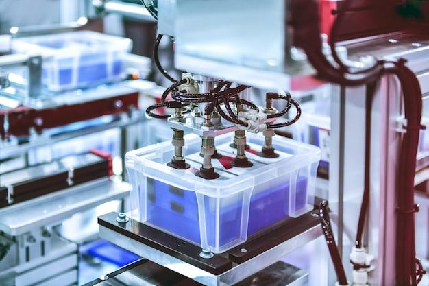 Automatisiertes lager mit weißem kunststoff in der produktionslinie, modernes pakettransportsystemkonzept