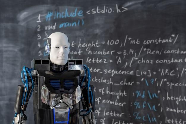Automatisierungsroboter der neuen generation, der sich während der präsentation entlang der tafel mit der computerformel vorwärts bewegt