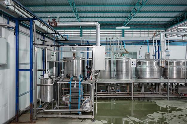 Automatisierungssystem für die herstellung von getränkeverarbeitungsanlagen mit edelstahlkesseltanks, flüssigkeitsleitung und bedienfeld