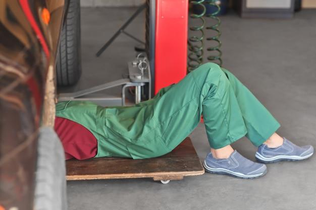 Automechaniker, der auto im service-center repariert