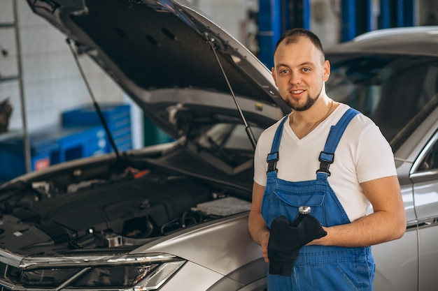 Automechaniker, der auto überprüft