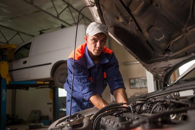 Automechaniker, der im autoreparaturservice arbeitet