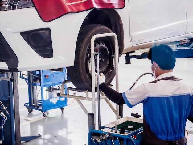 Automechaniker, der im autowerkstatt arbeitet