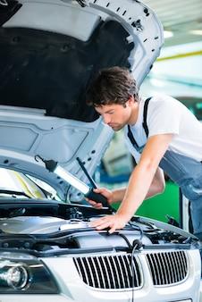 Automechaniker, der in der autowerkstatt arbeitet