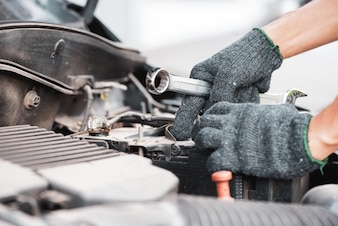 Automechaniker, der in der Garage arbeitet. Auto-Reparatur-Service.