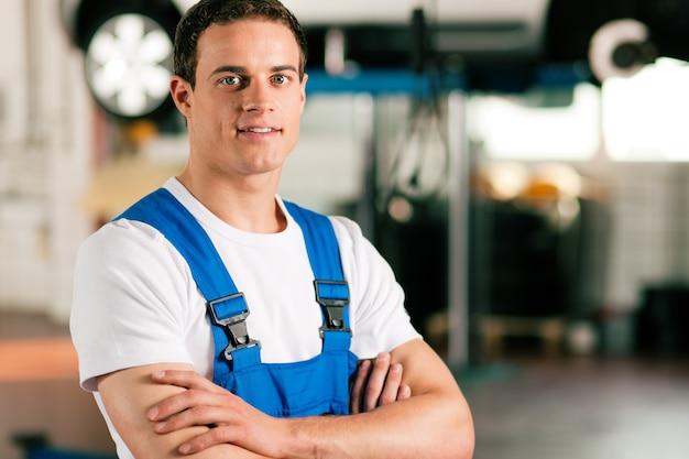 Automechaniker in der werkstatt