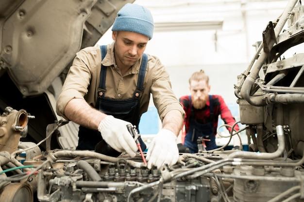 Automechaniker reparatur lkw