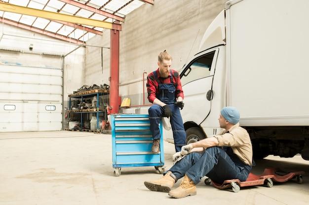 Automechaniker sprechen bei der arbeit