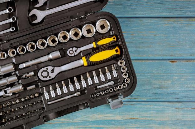 Automechaniker-werkzeugsatz professioneller kfz-werkzeugsatz von schraubenschlüsseln chromwerkzeuge auf holztisch