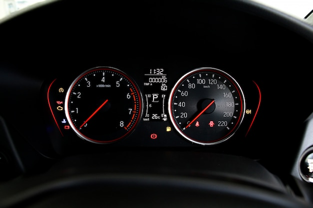 Automeilen oder tachometer mit symbol und nummer des autos auf dem armaturenbrett.