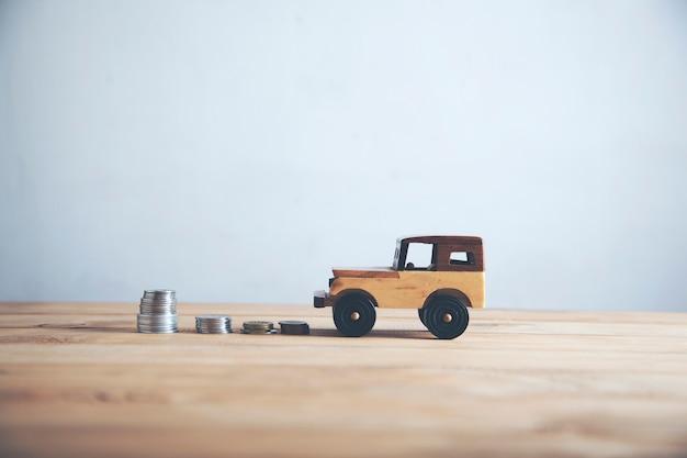 Automodell und ein stapel münzen