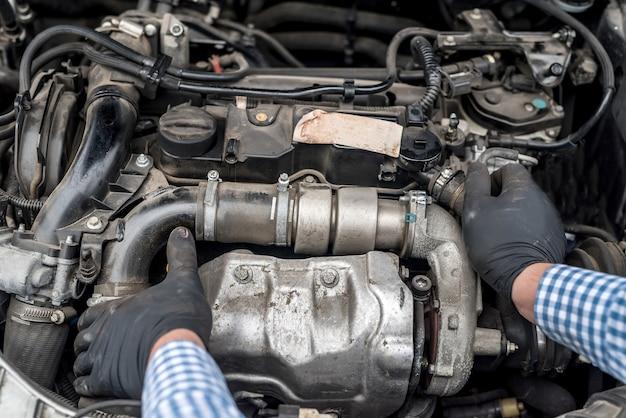 Automotor mit arbeiterhänden schließen