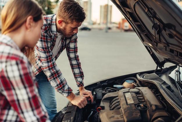 Autopannenkonzept, paar gegen offene motorhaube